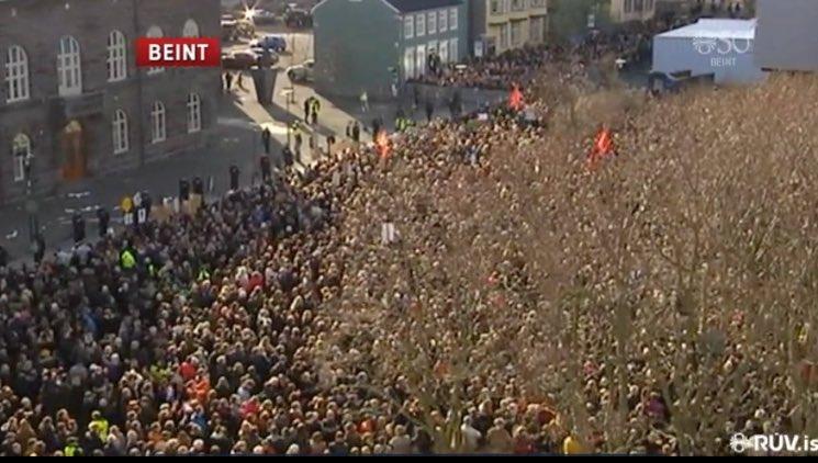 Islandia ten 330 mil habitantes. Uns 30 mil maniféstanse ante o Parlamento para pedir a dimisión de Gunnlaugsson. https://t.co/bEos1gWovh