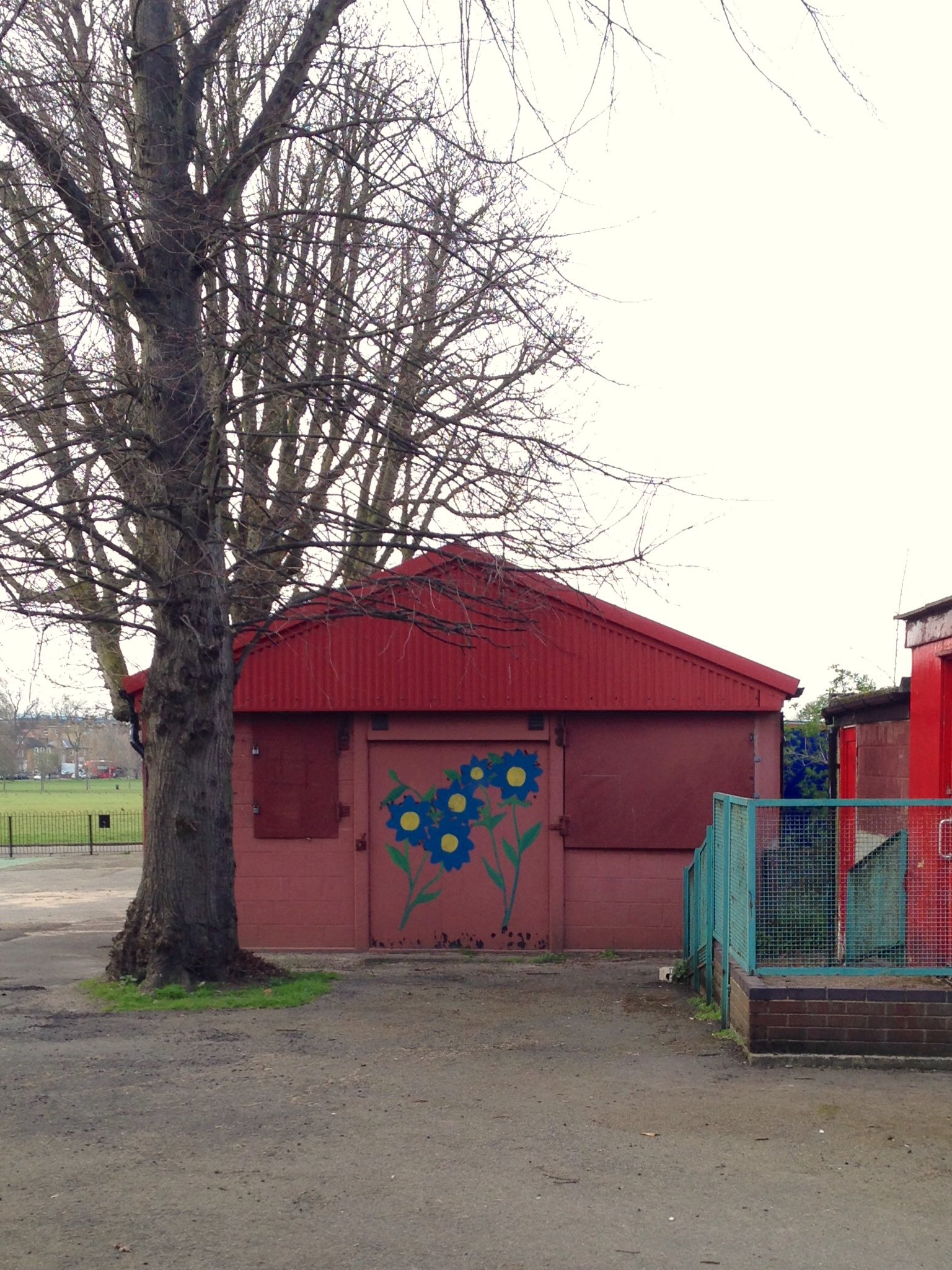 This corrugated shed on Peckham Rye was built to house captured Italian prisoners of war in WW2. It's now a nursery https://t.co/FLMvlBT1JO