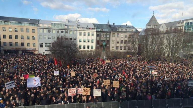 All power to those in #iceland surrounding parliament in outrage at corrupt government as shown by #PanamaPapers https://t.co/Mc8vb98qPz