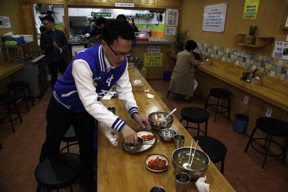 바쁜 식당 주인을 위해, 식사후 도와 주는 센스... 은평갑 박주민후보^^ https://t.co/nlGvm0jV47