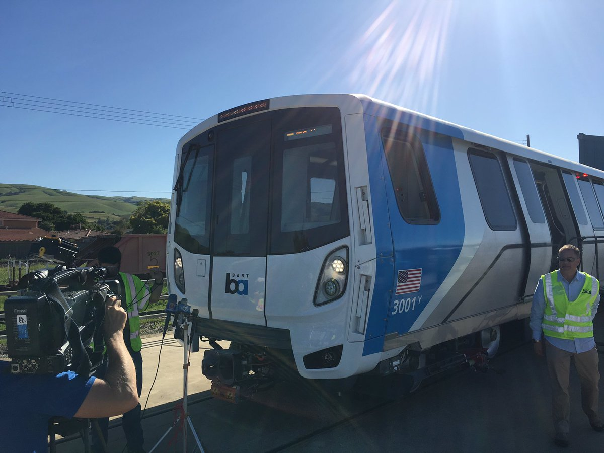 It's here. The first of 775 new train cars has arrived in the Bay Area. #BetterBART #FleetOfTheFuture https://t.co/a6AjoqusIT