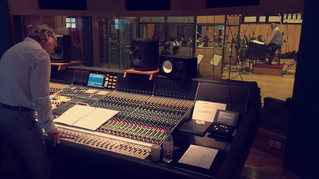BEHIND THE SCENES: An exciting day at Angel Studios as we start to record strings for @robbiewilliams next record https://t.co/2oRICxhV1I