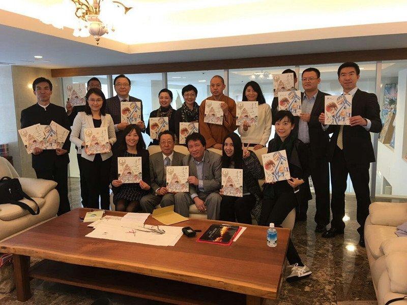 中国のメディア代表団が、「聖闘士星矢」の作者で日本アニメの巨匠車田正美さんを訪ねた。車田さんは、「聖闘士星矢」の創作エピソード、中日文化交流などについて語ったほか、代表団全員に「聖闘士星矢」の画集をプレゼントした。 https://t.co/UMUmriHCpF