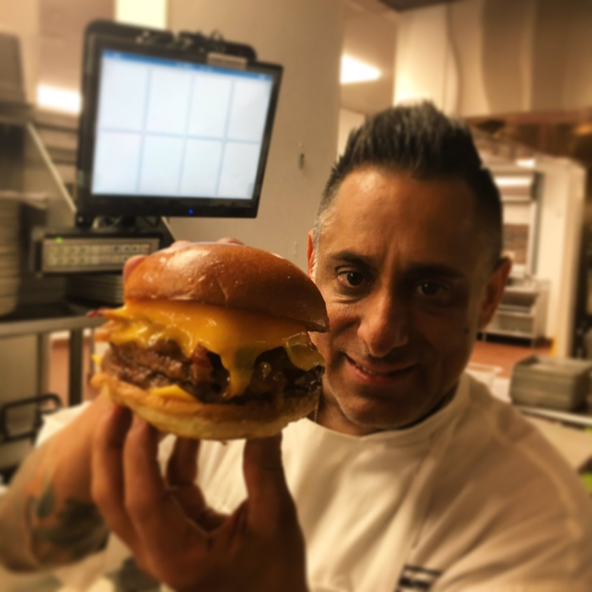 Doing what we do ~Burger Time Sammy's Double House Burger @SammyDsAC @harrahsresort @savetheworld82 @billyfreeze13 https://t.co/UHOl26nHSC