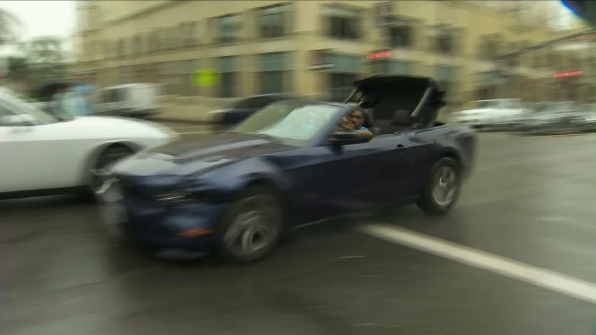 Pursuit suspects passed a KTLA photographer on Hollywood Blvd- driver gave peace sign https://t.co/1mbZ7TCm88