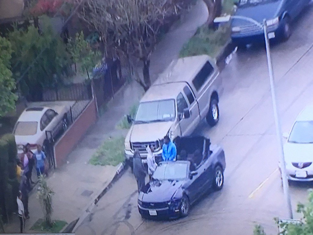 Burglary suspects in car pursuit chatting with people in South LA . Cops no where to be seen https://t.co/S4dR37uxBN