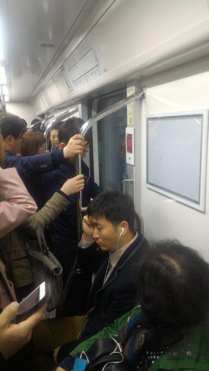지금 이 시간 이 미어터지는 지하철 7호선이 문 열린채로 달리고 있다. 조치하는 직원이 그 앞에 서서 몸으로 막는 중. 강제로/수동으로 문이나 닫고 해야 하지 않나? https://t.co/WmEstnw7gO