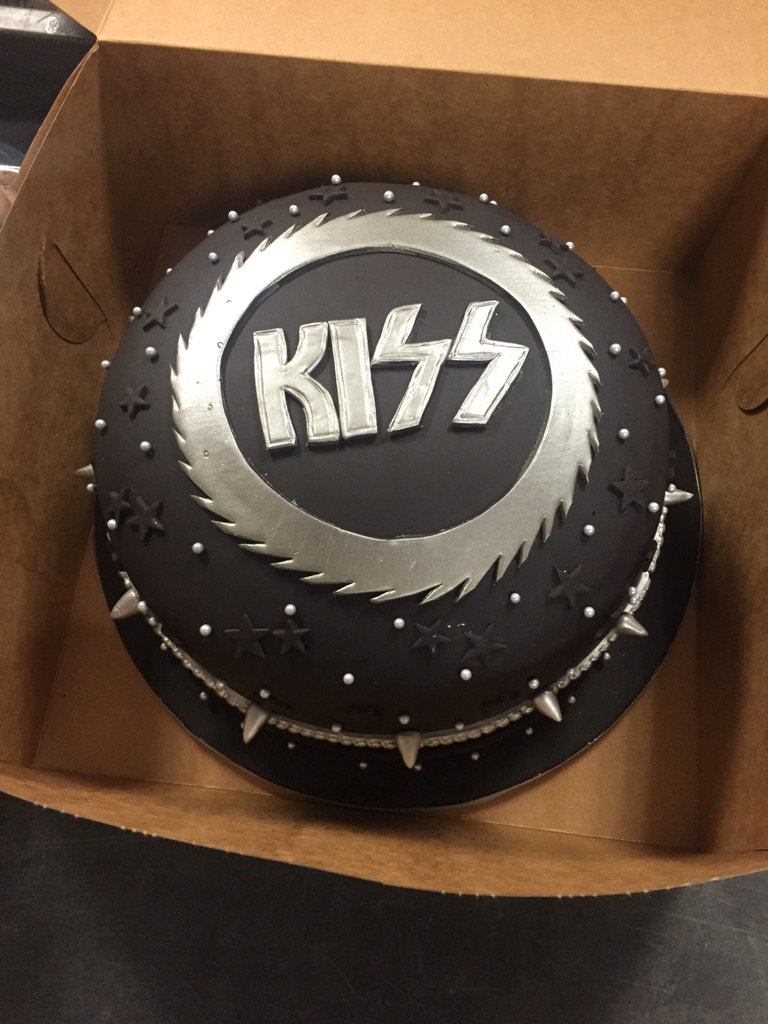 Thank you @SweetsSoGeek for making our cake and cupcakes look AMAZING for today's big @KISSOnline reveal! https://t.co/pODyBZvRmo