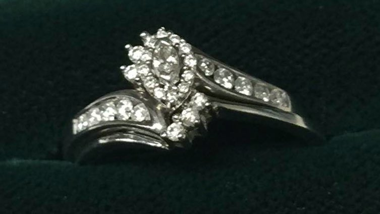Have you lost your engagement ring? This was found on a specific flight within the last week. Please retweet! https://t.co/WYwD5aFYpt