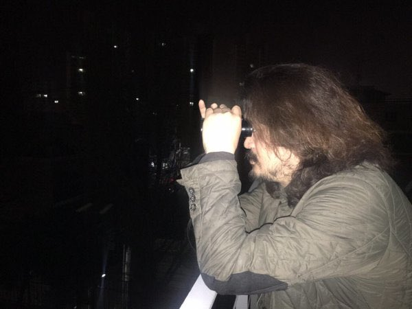 투표함 시민감시단 '시민의눈' 천 여명이 전국에서 임무수행 중입니다. 암행단도 따로 잠행 중.   어제 새벽, 망원경으로 모처 보관소 관찰 중인 김어준총수. https://t.co/yX4DdiCN4L