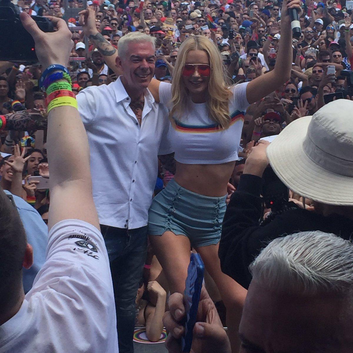Partying onstage @MiamiBeachPride with @elvisduran & @IGGYAZALEA! #elvistakesmiami https://t.co/T5XWhwPMcy