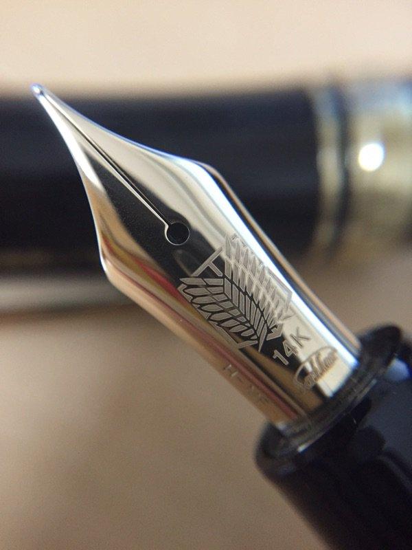 進撃の巨人万年筆とどいたーーーー♡♡♡ニブの刻印格好いいよーーー!プロギア初めて持ったけど軽い!!そんで書きやすい……筆圧弱くてもするするでる……しかし時幅は国産の中細字というには太めの印象。あーー幸せーー。 https://t.co/ztxEnV7riT