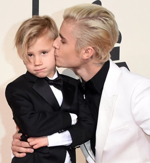 Look how adorable @justinbieber is with his little bro, Jaxon, at the Grammy Awards #NationalSiblingsDay https://t.co/0iKw6NGetd