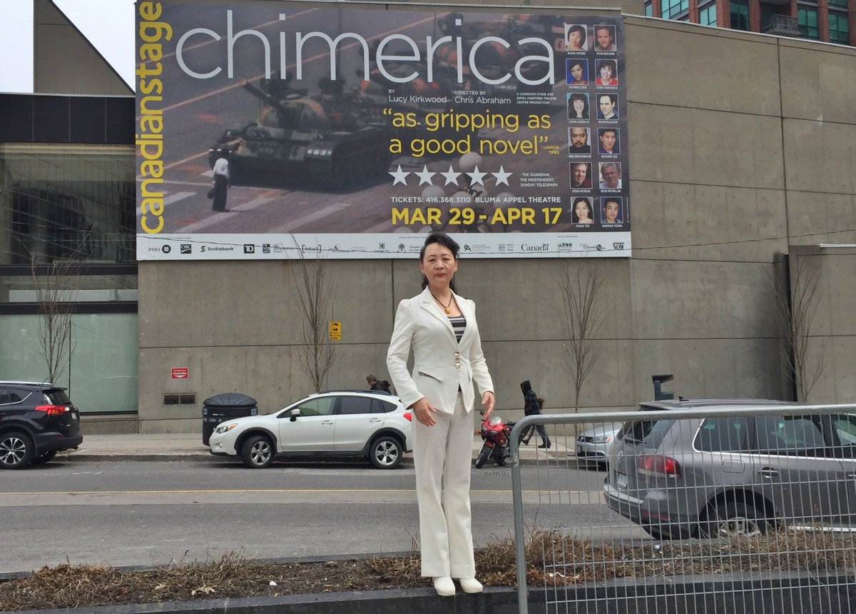 多伦多市中心的大型坦克人照片:加拿大多伦多市中心加拿大剧场正在演出舞台剧Chimerica,剧情围绕寻找8964屠杀事件的坦克人为主轴展开,非常震撼。 https://t.co/qO0H2QUkAq