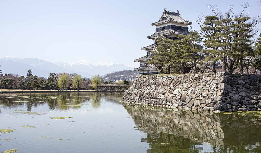The beautiful Matsumoto 'Black Crow' Castle - built over 500 years ago! #松本城 @RealGDT https://t.co/jzhG9yBirB https://t.co/lvSthnOSes