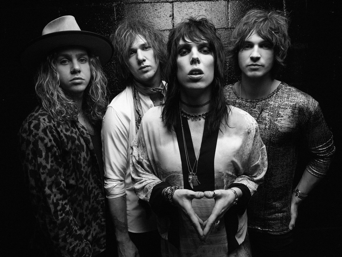 """New sessions from @TheStruts including a cover of @Drake """"Hotline Bling"""" https://t.co/0mZWXtbNjN https://t.co/moR8hHWbGM"""