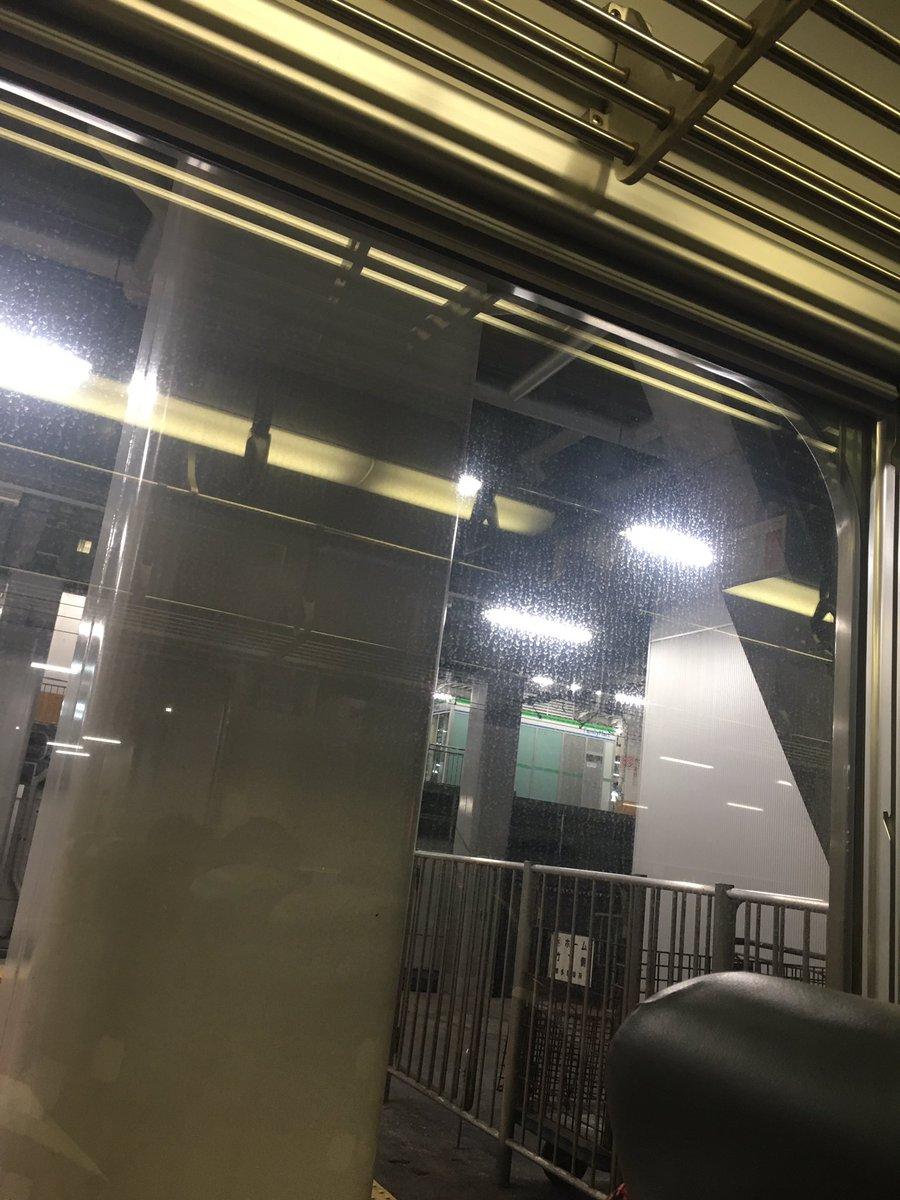 博多駅から電車が出発したばかりで、乗車してる人たちの携帯が一斉に地震警報!みんなビックリ。電車は緊急で止まったあと、その後すっごく揺れて怖かった〜!!!ってか、どのくらい缶詰になるんだろー。 https://t.co/83PUqJk7uz