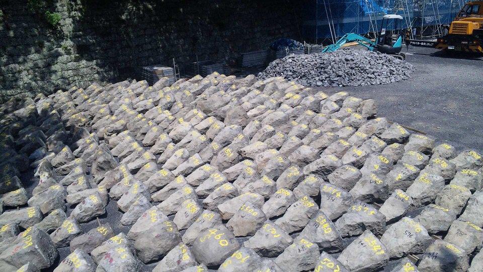 駿府城の石垣も崩れたことあったけど、こんな感じで番号付けて元通りになってたから熊本城も元に戻ると思うよ。 https://t.co/eUFe3NFUYR