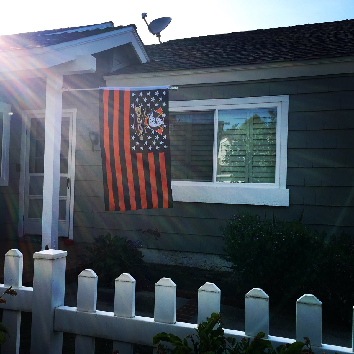 Our neighbor just put up a new Hawks flag...so I put up an even bigger @AnaheimDucks flag at our house! #NHLDucks https://t.co/7fv9S8mdWf