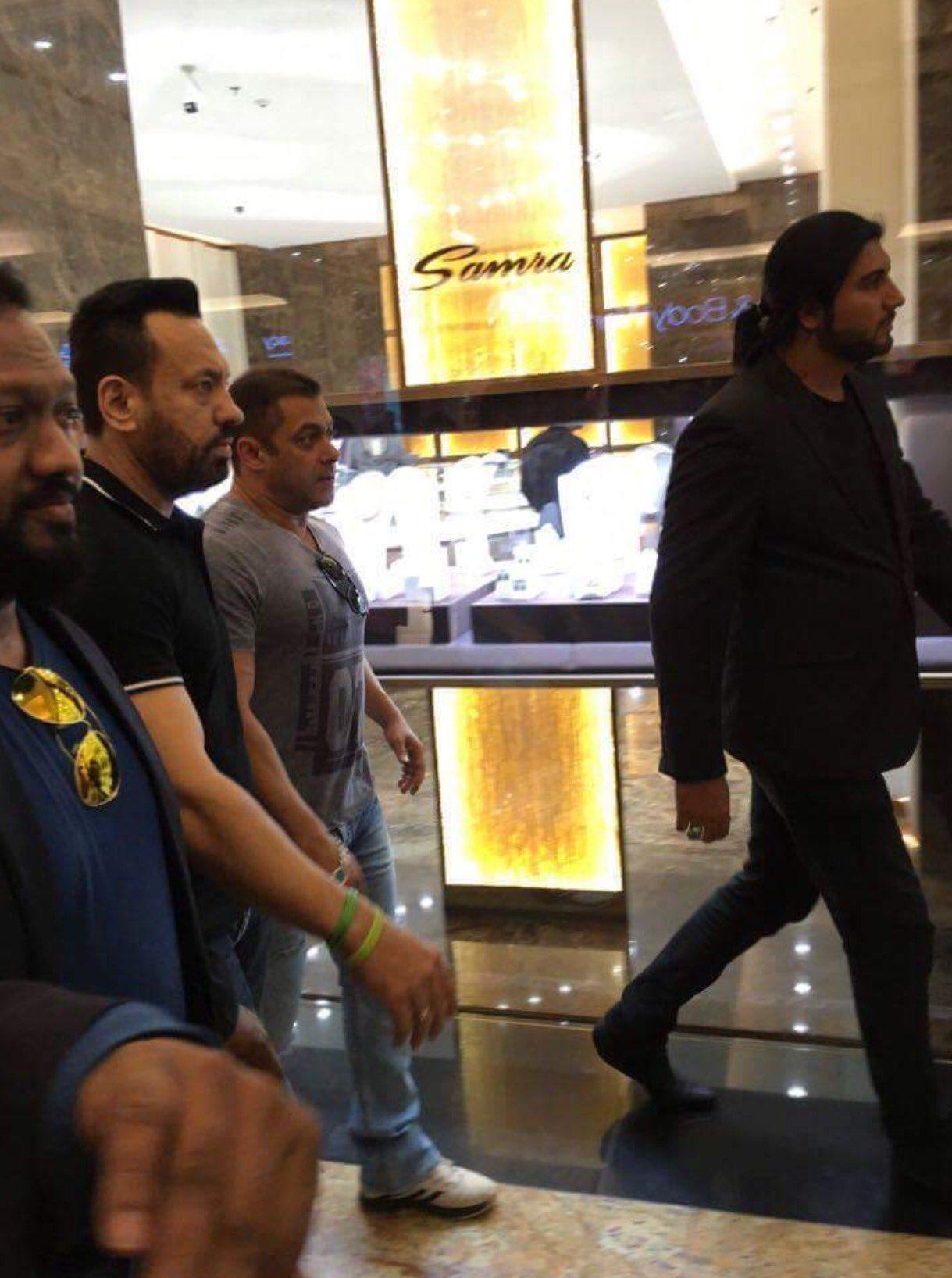 السلطان #سلمان_خان في محل الذهب في #دبي 💕 https://t.co/3DIdySdxne