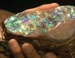 오팔 원석 하니까.. 이건데. 혹시 돌더미 속에서 이런거 발견하시면 즉시 득템하세요.  사진에서 보이는 돌덩이 열개 줏어서 800억 부자가 된 사람이 있다고 해요. https://t.co/N9tEzmYwgp