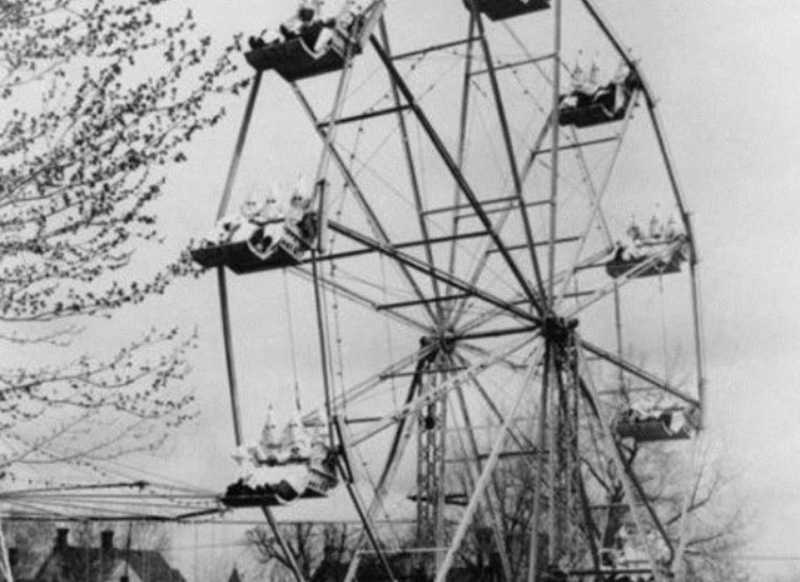 KKK group enjoying a Ferris Wheel. You simply cannot make this stuff up. https://t.co/cng9Z0l31h