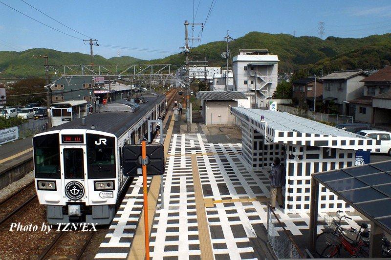 岡山行きのラ・マルせとうちは八浜駅で5分停車するので、列車に乗ってもアート化された八浜駅と絡めて撮影が可能。 https://t.co/xAAi4gOMVe