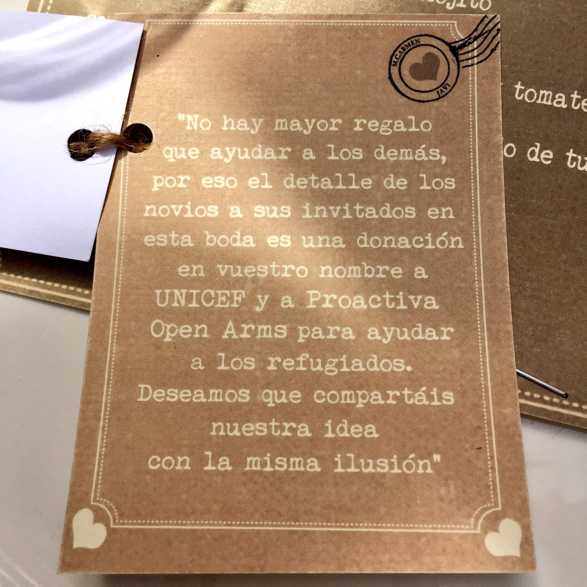 Estoy en una boda y acabo de encontrar esta tarjeta junto al menú. Qué gran idea.  #refugees #refugiados https://t.co/kkx1fbh9pO