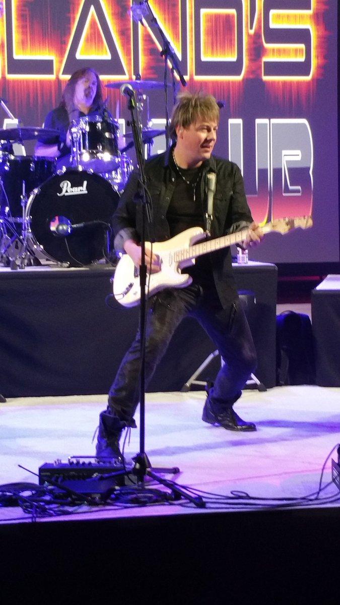 @taylorswift13 guitar player @paulsidoti rockin it #AvidConnect  @Avid https://t.co/4wHCpZInr1