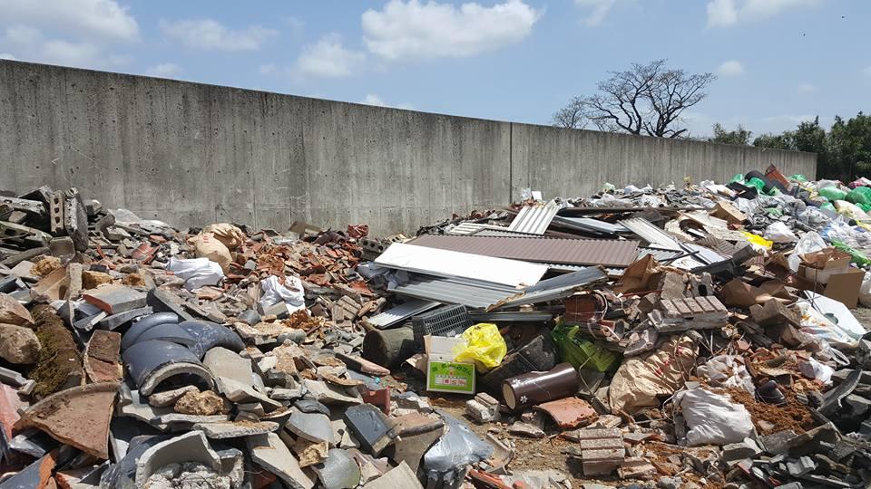 【合志市・平成28年熊本地震関連】みずき台グランドで震災ゴミの受け入れ始まりました。ガレキ、指定袋に入らないなど大型の破損物はこちらへ。詳しくは合志市Webで。 #熊本地震 https://t.co/w6AV3nkJGW https://t.co/Vp0X9thUbX