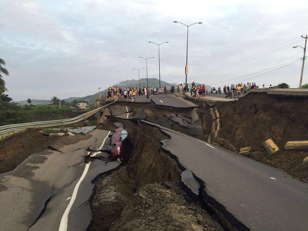 Primeros reportes de los daños en la vía Portoviejo-Pedernales. Vía:  @BiessEcuador   #SismoEcuador https://t.co/xOGVfDD2R0