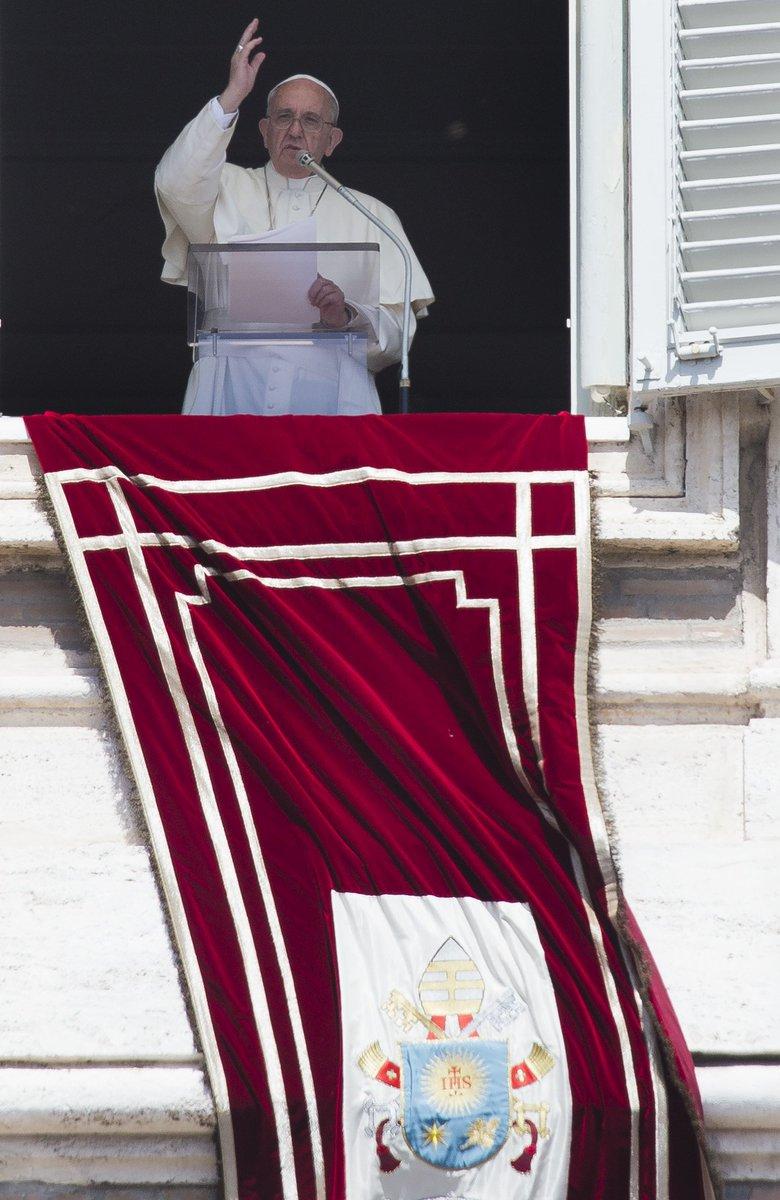 El Papa Francisco (@Pontifex_es) pide rezar por el pueblo de #Ecuador. #Terremoto https://t.co/IrXCmD4EFM Foto: AP https://t.co/wkigfxNSQJ