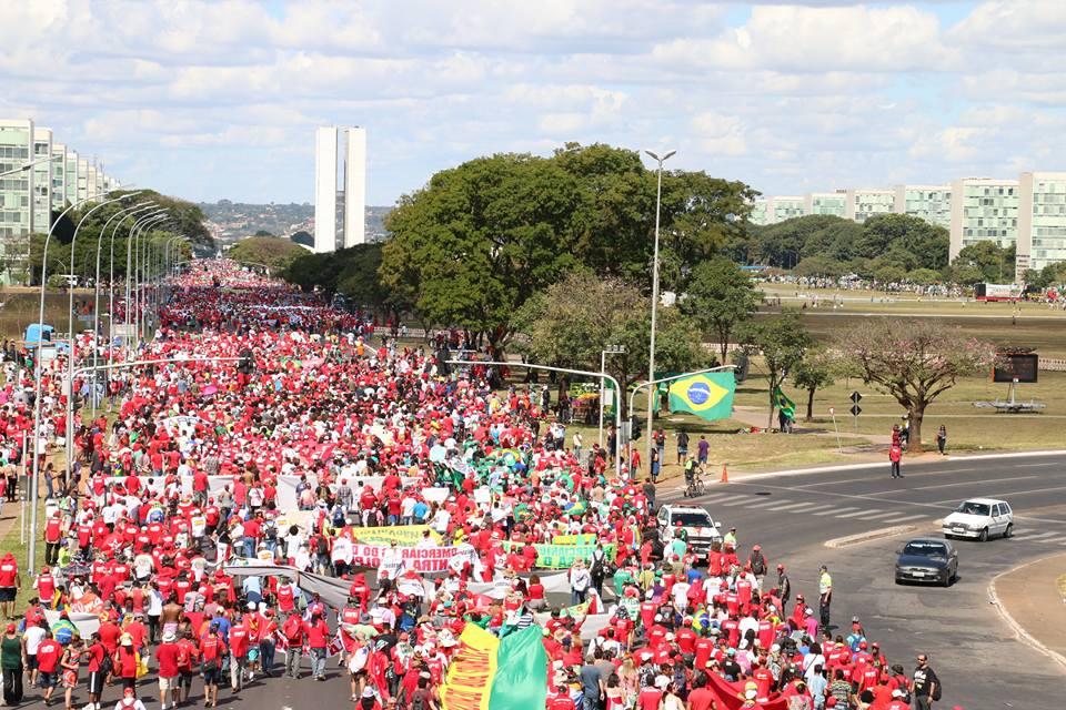 Caminhada pró-democracia chegando na esplanada. Foto: Cláudio Fachel https://t.co/DRxJZWjhJR