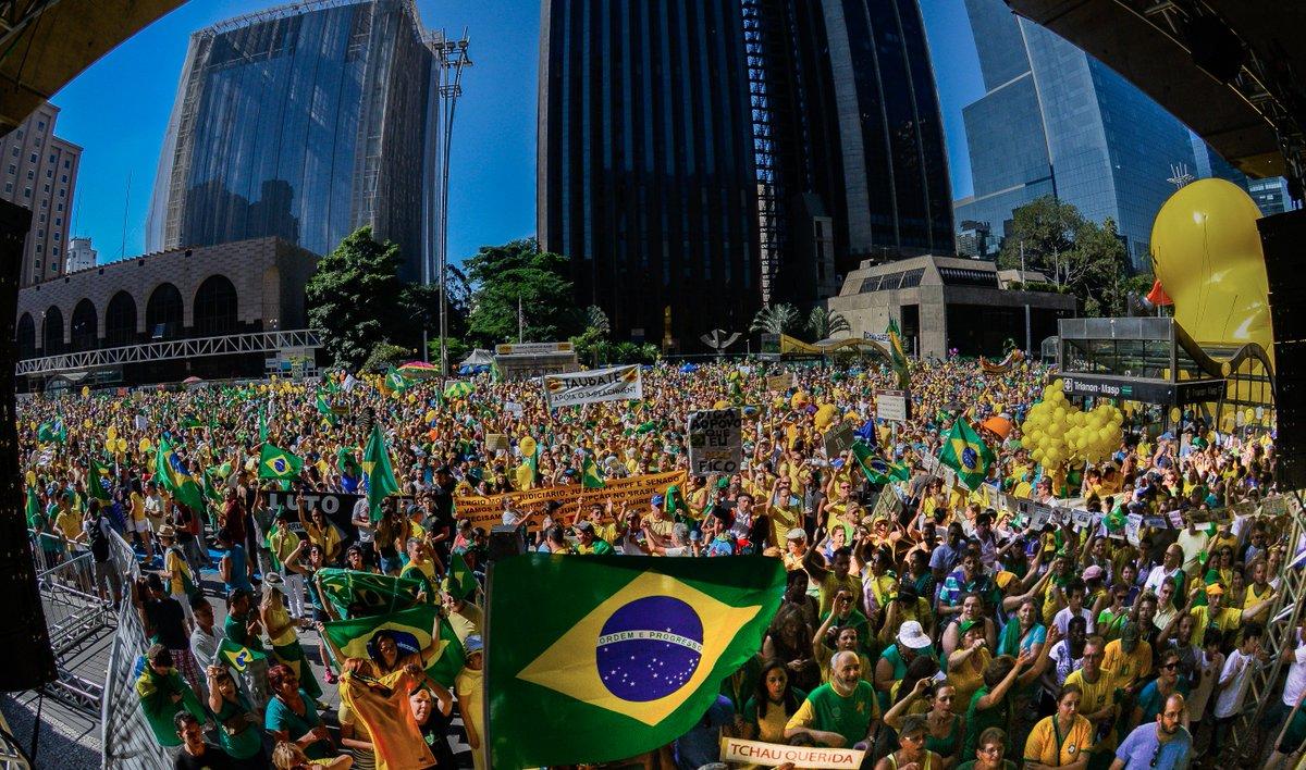 A Paulista está de braços abertos pra você manifestar o apoio à democracia. Venha assistir à votação do Impeachment! https://t.co/Q75MjcwQAQ