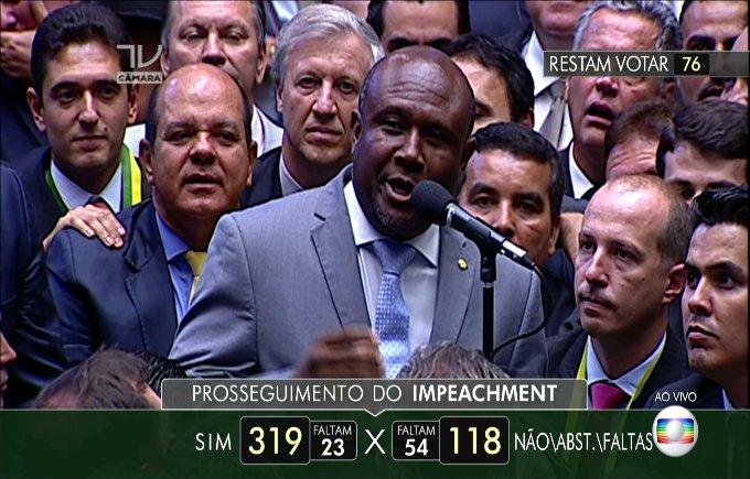 """""""Pela minha vida  que é do mestre, eu voto sim! OH LORD"""" Pom pom pom pom ♪ IRMÃO LÁZARO - BA  #ImpeachmentDay https://t.co/sDoVlKfTGV"""