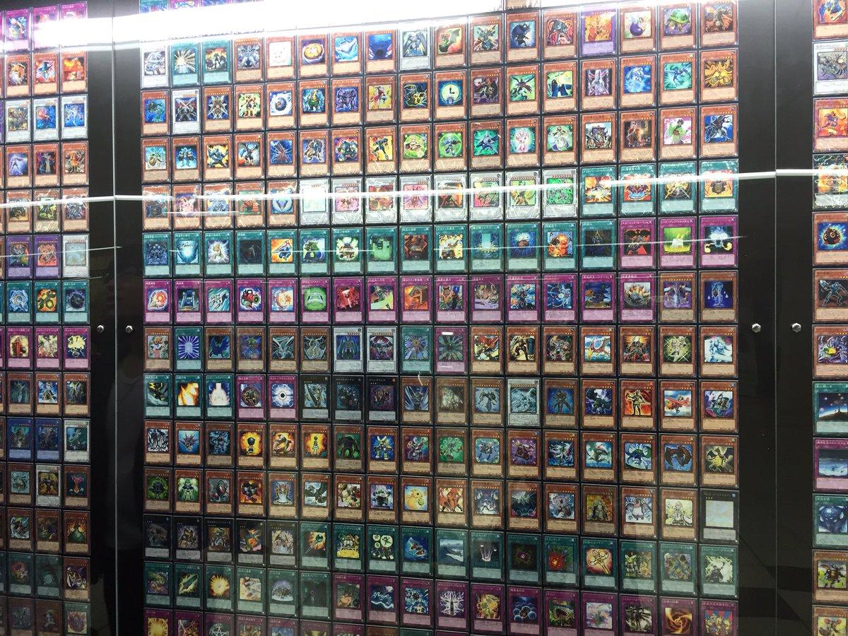 新宿の地下道に遊戯王カード全種類展示してる https://t.co/aTPp9Xqm9u