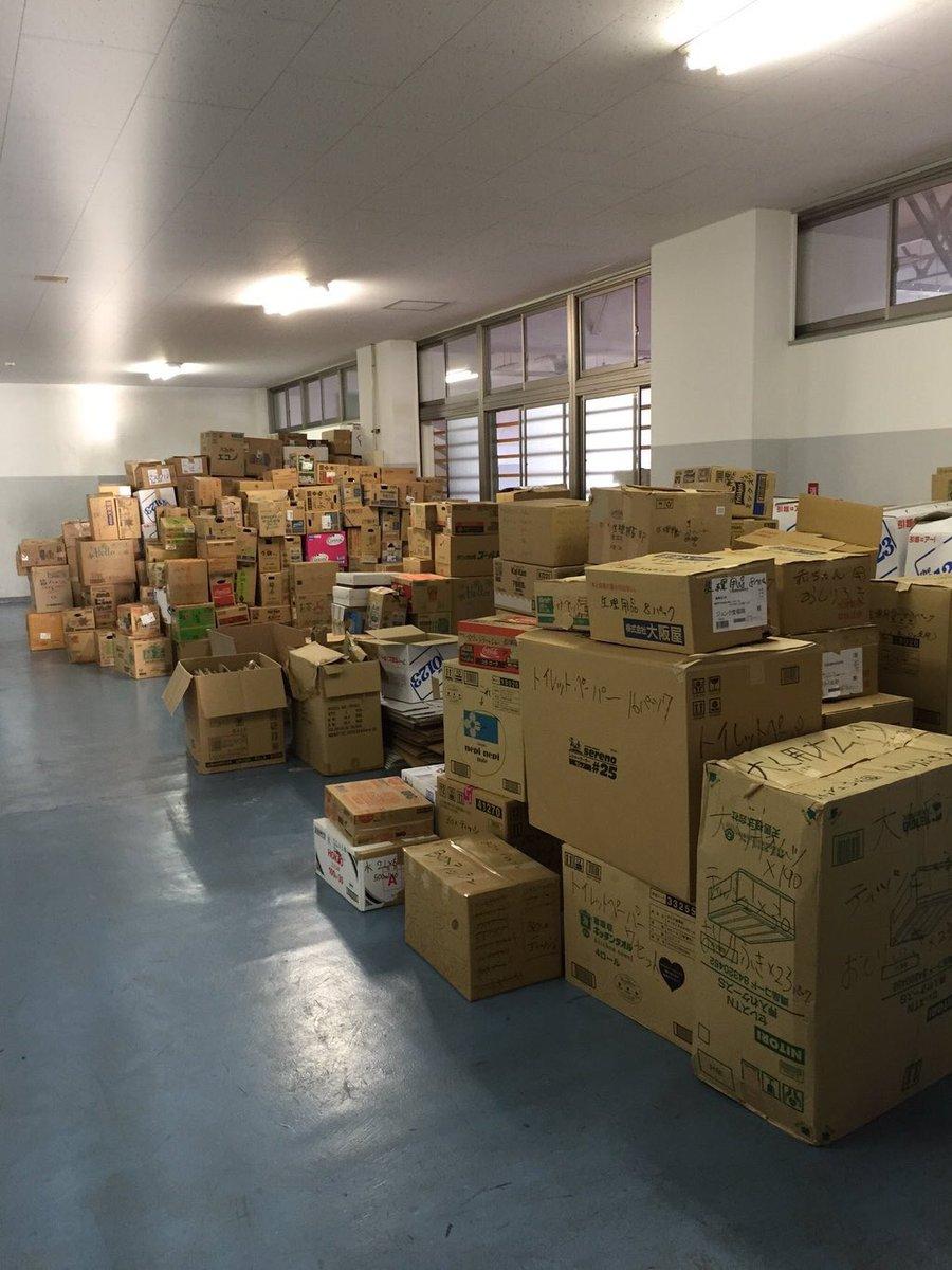 皆様のご協力があり、この2日間で沢山の物資・義援金が集まりました!ありがとうございます!物資はトラックに積込み終え、うまかなよかなスタジアムに運んで頂き、義援金は後日大学側が振込んでくれます!  皆様、本当にありがとうございました! https://t.co/cRRDdFSQkX