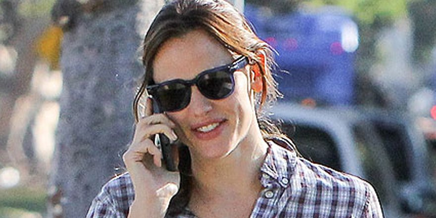 Jennifer Garner celebrates 44th birthday with dinner with friends (and a marching band!)