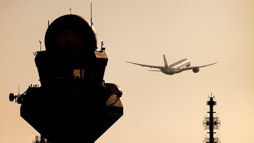 RT @miaerolinea: 🇬🇧 Amazing sunrise, the control tower and @LotPolish B787.  Via @ChopinAirport https…