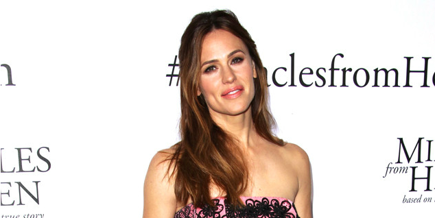 Jennifer Garner rang in her 44th birthday with friends, family and a marching band?!