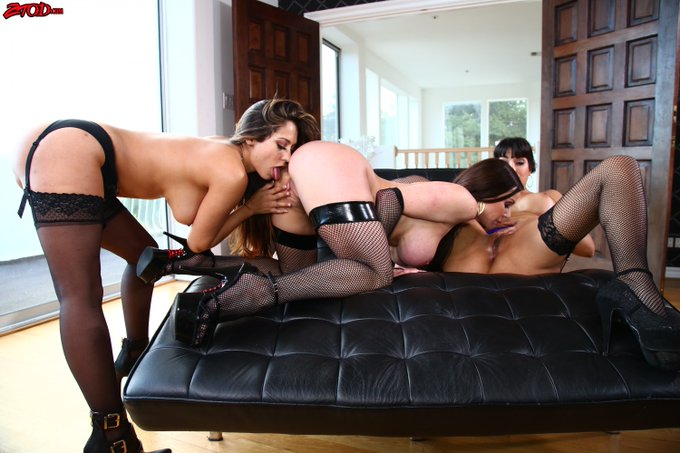 #MILFMonday @KendraLust perfect night out with @TheMercedesXXX @reenaskyvip https://t.co/tb87uuX1P4 https://t