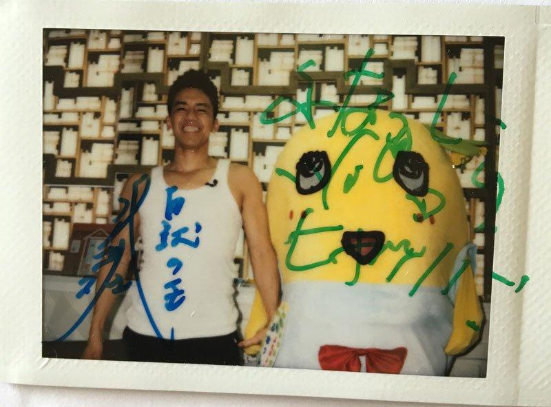ふなっしーと武井壮さんのLINE LIVE チェキがもう届いた!な、なんと直筆サイン入り!! ふな様のサインが!! @LINELIVE_JP さん ありがとう! @funassyi @sosotakei https://t.co/tKlAl2NOZI