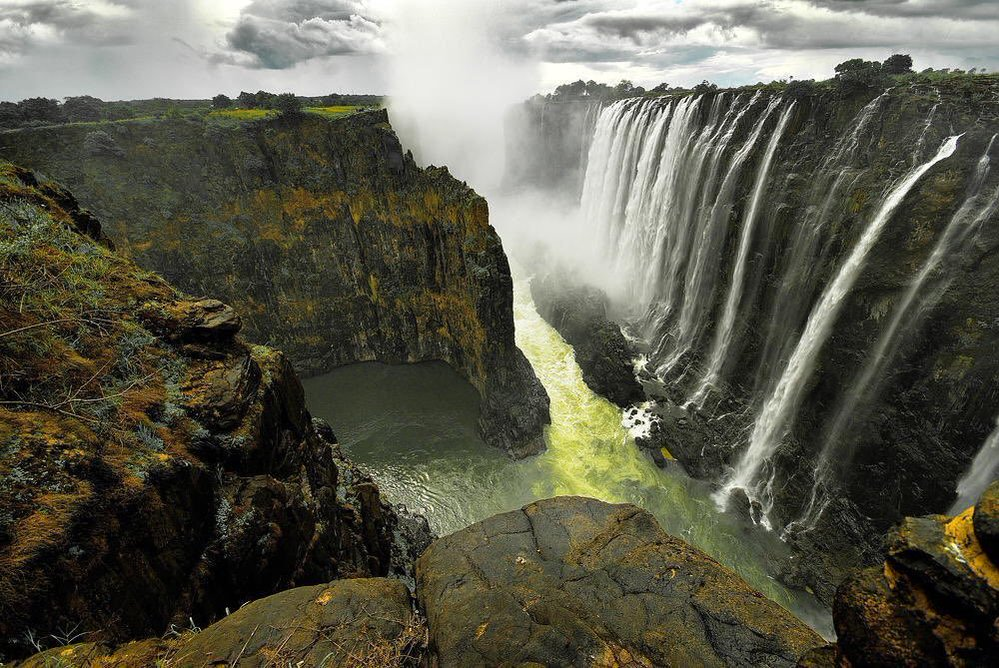 Victoria Falls located between Zambia and Zimbabwe | Photography by ©Aubrey Stoll https://t.co/uAvmTYq18U