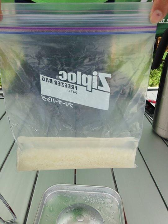 炊飯器無しで米を炊く。米は洗わなくて良い。水は米がヒタヒタより少しだけ多目。ジプロックやコンビニ袋にいれて口を縛り、沸騰した大鍋の湯に15分つける。米の水分が無くなった頃が目安。大鍋湯は海水等でも可能。(FBより転載) #熊本地震 https://t.co/7AV4c6qJwl