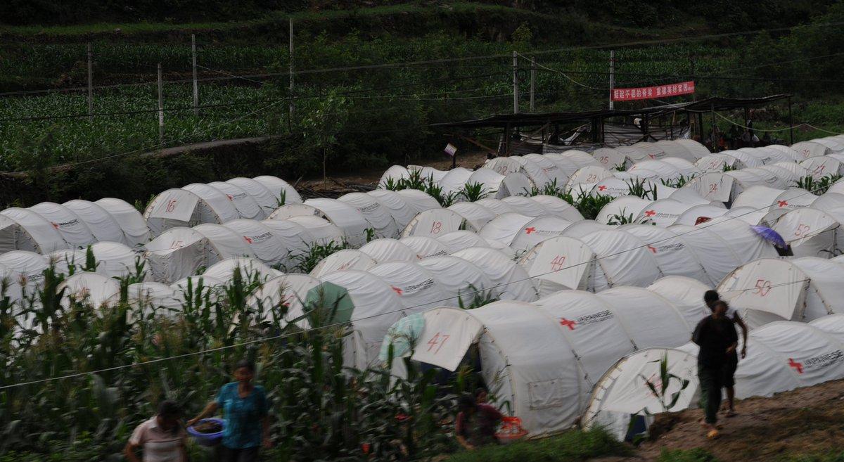 日本では災害時の避難場所として学校や公民館など公共の建物が定番で、それが当たり前と思っていたが、中越や熊本のように余震が頻発する地震災害では、建物が不安という人のためにテント提供という選択肢があって良いと思った。写真は四川地震の様子 https://t.co/XZDOZUB9Pd