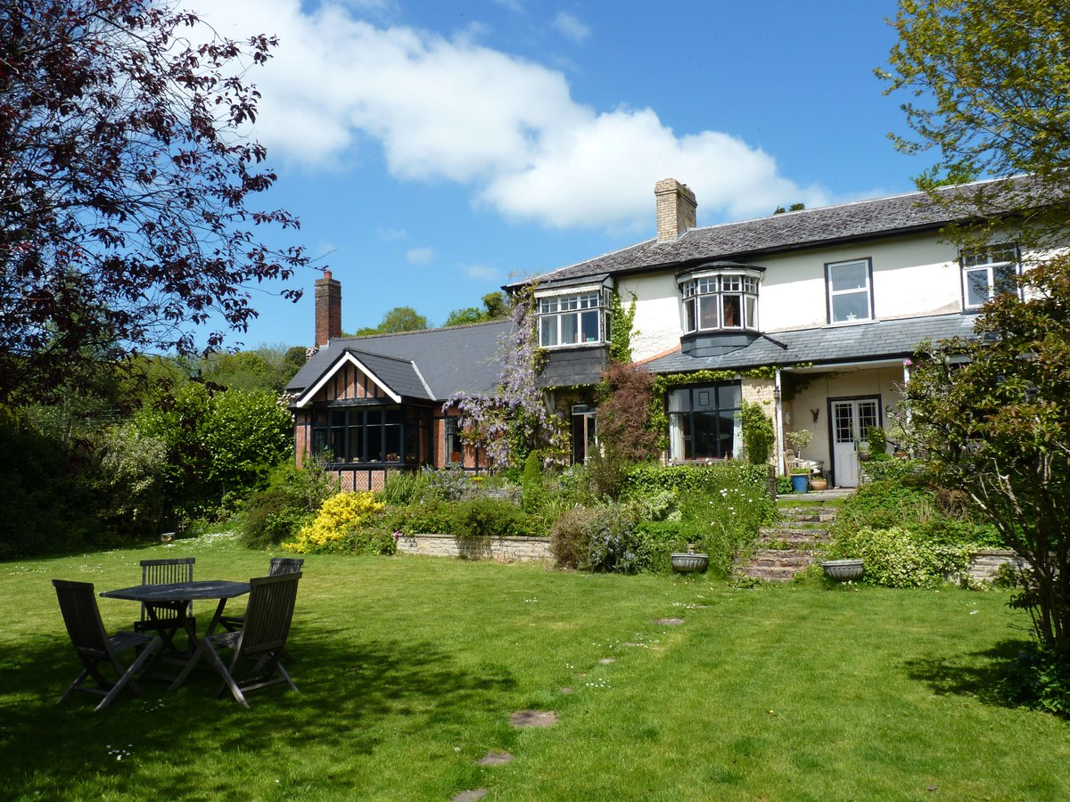 Beautiful 4-bed house for sale in #Dulverton #Exmoor - full of character, masses of space; huge garden. £549K https://t.co/PmP4KfDYc1