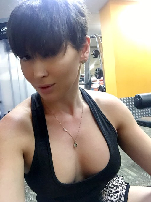 Apologies to those who I offend by not wearing a bra to workout #gymselfie #nobra https://t.co/W9bC5