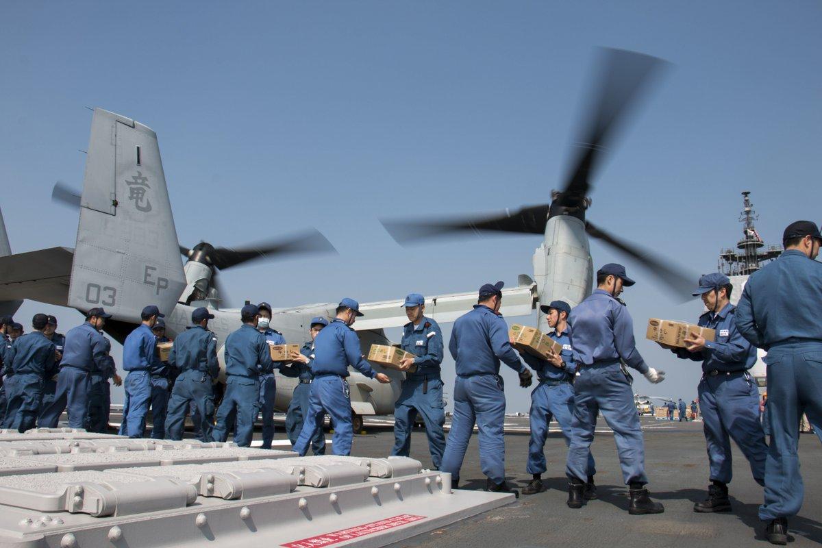 4月19日、災害救援活動にあたる海上自衛隊の護衛艦「ひゅうが」の飛行甲板上で、米海兵隊の輸送機MV-22オスプレイへ支援物資が積み込まれ、熊本県の南阿蘇村に空輸されました。 #熊本地震 https://t.co/su5bnxzpbb https://t.co/61H7VfLXaK