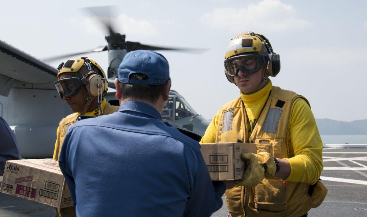 海上自衛隊の護衛艦「ひゅうが」の飛行甲板上では、一連の地震による被害を受け避難生活を送られている方々のため、ひゅうがの乗組員と米海軍の航空要員が協力し支援物資の積み込み作業を行いました。#熊本地震 https://t.co/eqHTUck5OJ