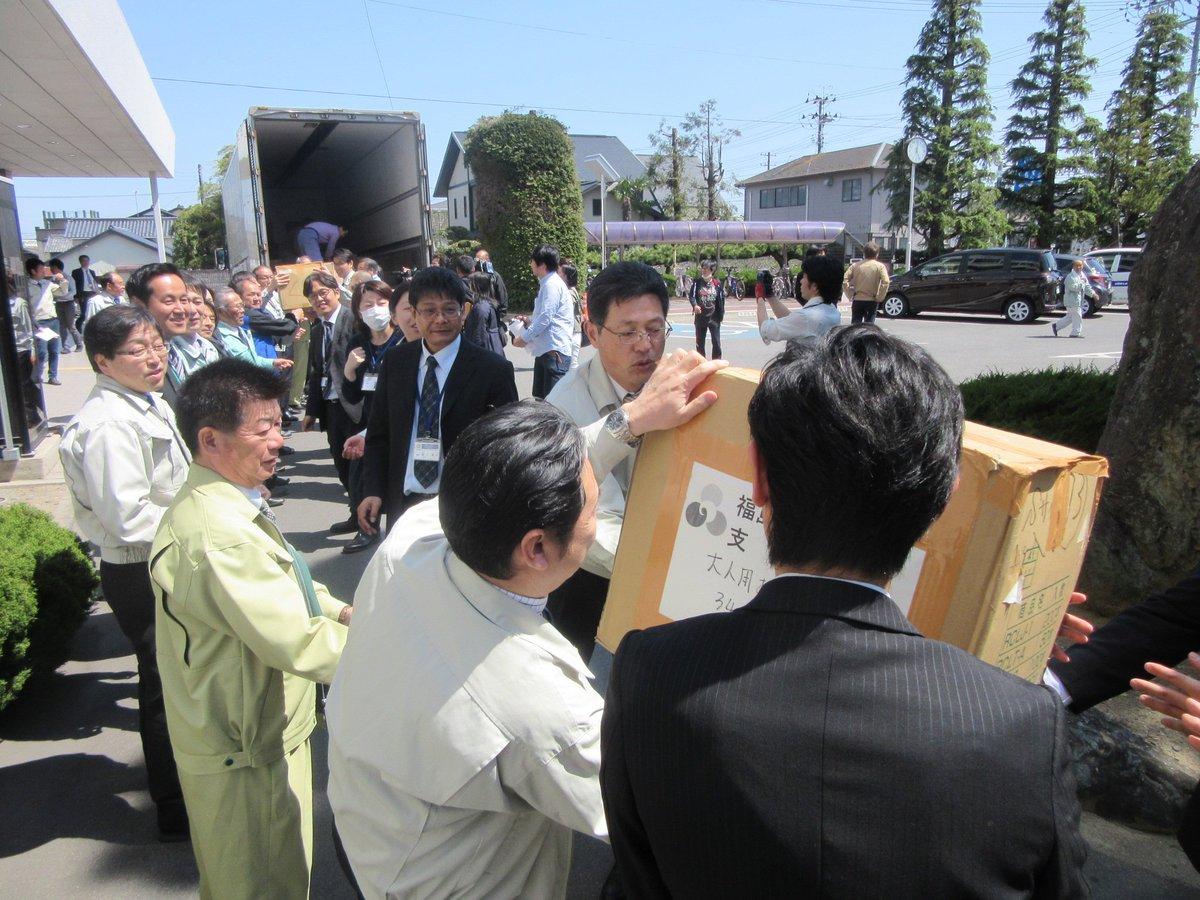 今日20日、先ほど、熊本へ支援物資を発送する出発式が、南相馬市役所前で開かれました。 2Lのペットボトル2,200本と紙オムツ3,000個を積んだトラックが熊本県人吉市に向け、昼過ぎに出発。22日の午前中に到着する予定です。 https://t.co/HuvEbh5m1s